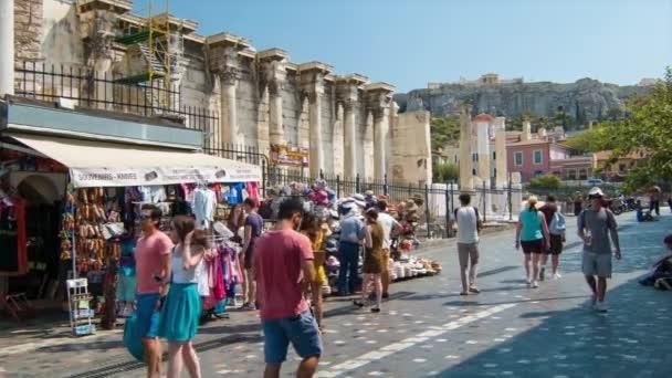 Athens griechischer Straßenmarkt in Hadrians Bibliothek mit Sehenswürdigkeiten Touristen Souvenir-Shopping der antiken griechischen Stadt mit der ikonischen Akropolis im Hintergrund
