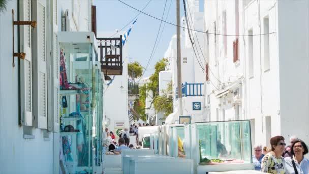 Městské budovy na Mykonu s vyhlídkové turisty nakupování a průzkum destinace řeckého ostrova