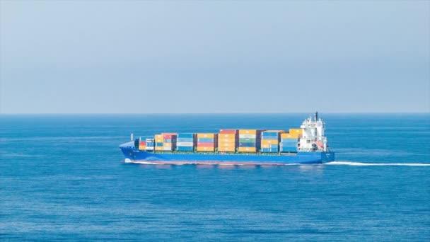 Obecná nákladní loď s přepravními kontejnery na moři plavba v modrých oceánských vodách za slunečného dne s klidnými povětrnostními podmínkami