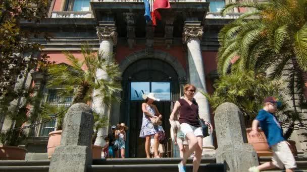 Turisté Neapole Itálie v Národním archeologickém muzeu opouštějí přitažlivost za slunečného dne