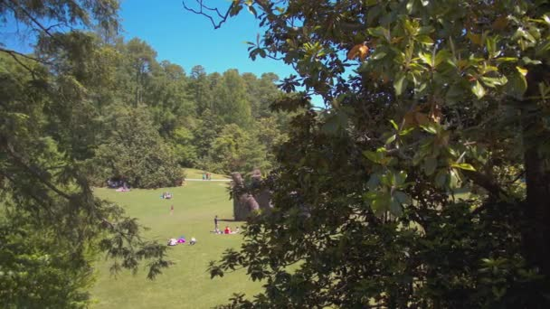 Durham Nc Menschen genießen Sara P. Duke Gardens an der Duke University mit Picknicken und Spielen auf grünem Rasen, umgeben von Bäumen an einem sonnigen Tag in North Carolina