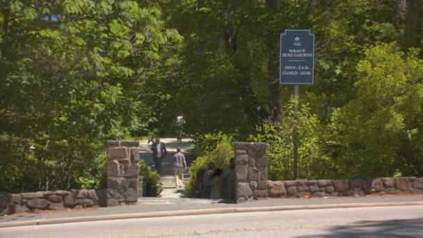 Durham Nc Sara P. Duke Gardens Path Entrance am Duke University Flowers Drive mit Menschen, die die popular Park Area an einem sonnigen Tag in North Carolina genießen