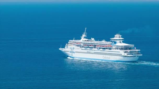 Celestyal Olympia Cruise Ship közelről a tengeren vitorlázás a Smooth Blue mediterrán tenger víz egy napsütéses nap tökéletes időjárási körülmények