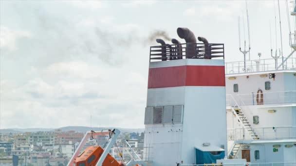 Filmaufnahmen eines großen Schiffes mit rauchenden Pfeifen im Hafen