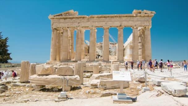 A Parthenon Side View az Akropoliszban Athénban Görögországban látogató városnéző turisták egy napsütéses nap