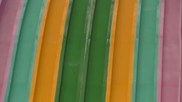 Nerozpoznatelná skupina mladých lidí na moři Orlando Aquatica Akpark se závodí po více barevných snímcích.