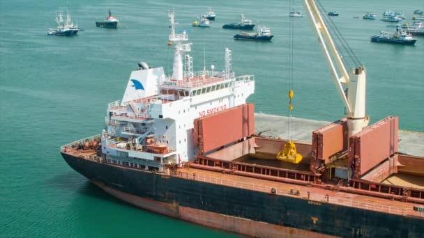 A kikötőben lebegő kishajók és teherhajók felvétele