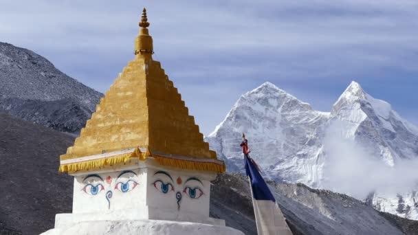 Buddhistická stúpa na pozadí vrcholky sněhu v Nepálu, himálajské hory