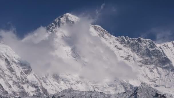 Velkolepý pohled na vrchol Čo Oju (8188 m) při východu slunce. Nepál, Himaláje. Time lapse panorama