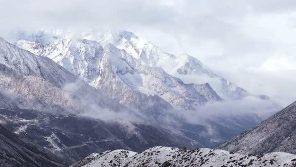 Časová prodleva himálajské hory při východu slunce.