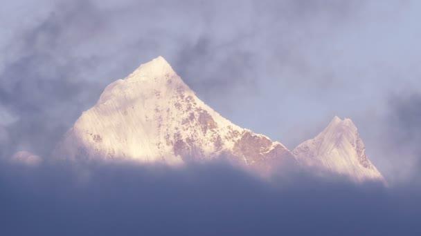 Himálajské vrcholy za úsvitu. Nepál, Himaláje