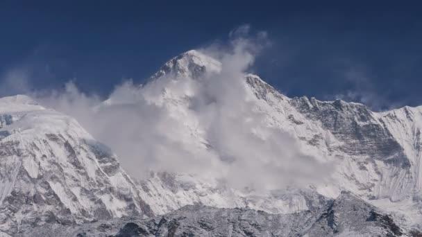 Čas zanikla nádherný výhled na vrchol Čo Oju (8188 m) za východem slunce. Nepál, Himaláje