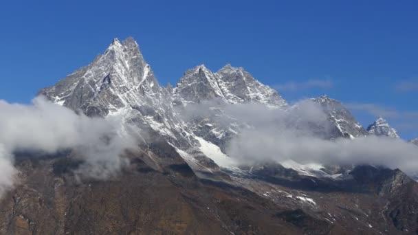Velkolepý pohled na vrchol Khumbila (5, 761m) v Nepálu, Himaláje. Časová prodleva