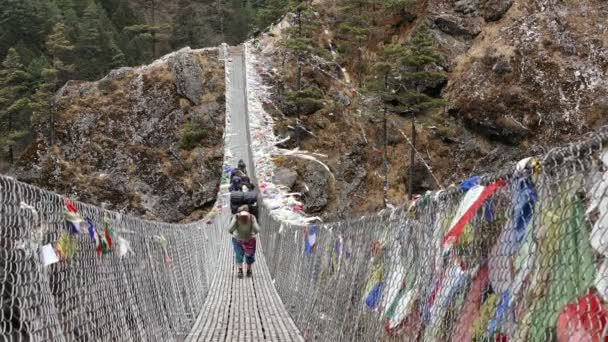 Namche Bazar, Nepál - duben, 2018: největší visutý most v Solu Khumbu údolí s barevné modlitební praporky, turistická oblast do základního tábora vrcholu Everestu (8848 m) v Namche Bazar na duben, 2018