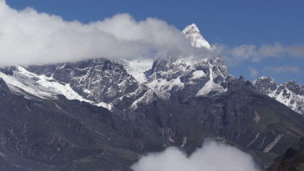 Velkolepý pohled na vrchol Machermo (6273 m) za východem slunce. Nepál, Himaláje.