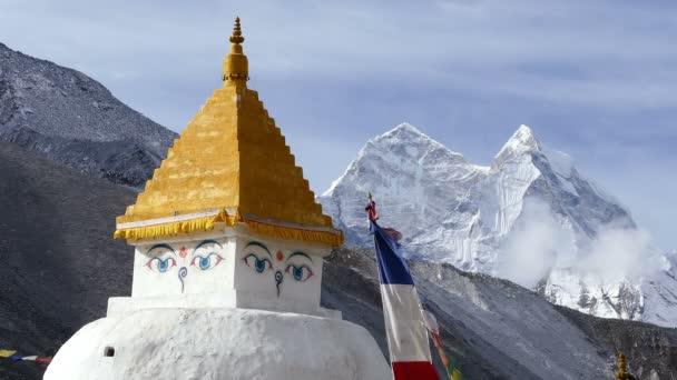 Buddhistická stúpa na pozadí vrcholky sněhu. Kangtega (6782 m), Nepál, Himaláje hory