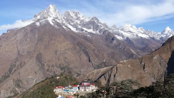 Panoráma údolí Solu Khumbu s Tengboche buddhistický chrám za úsvitu. Nepál, Himaláje