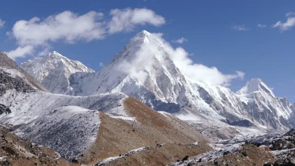 Let vrtulníkem nad údolím Solu Khumbu směrem k základní tábor vrcholu Everestu