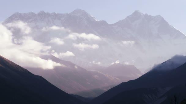 Everest (8848 m) a vrcholy Lhotse (8516 m) při východu slunce. Nepál, Himaláje