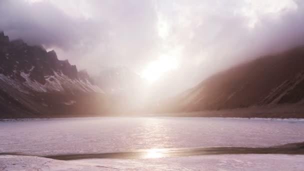 Természet koncepció nagyságát: egy befagyott tó a hegyek csodálatos naplementét. Idő telik el.