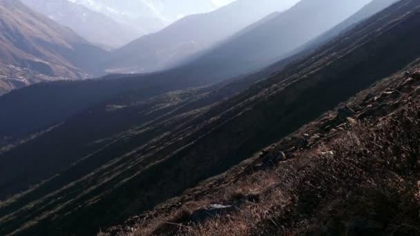 Naklonit nahoru Everestu (8848 m), Lhotse (8516 m) a vrcholy Ama Dablam (6812 m) při východu slunce. Nepál, Himaláje