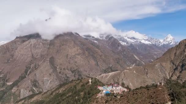 Čas zanikla zoom ze Solu Khumbu údolí s Tengboche buddhistický chrám za úsvitu. Nepál, Himaláje hory