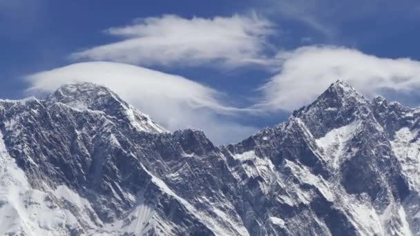 Zmenšení Everest (8848 m) a vrcholy Lhotse (8516 m) za východem slunce. Nepál, Himaláje hory. Extrémní long shot
