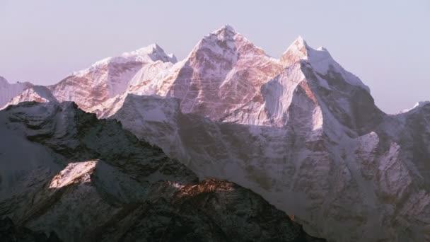 Čas zanikla Kangtega vrch (6782 m) při východu slunce. Nepál, Himaláje