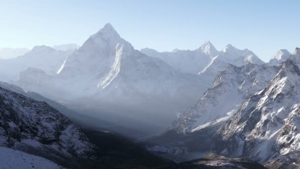 Panorama Ama Dablam (6812 m) za východem slunce. Nepál, Himaláje hory