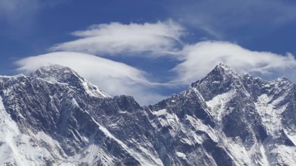 Everest (8848 m) a vrcholy Lhotse (8516 m) při východu slunce. Nepál, Himaláje hory. Extrémní long shot