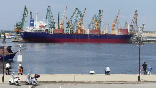Turistická loď v průmyslovém přístavu Burgas, Bulharsko (červen) 2019.