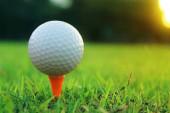 golfový míček na tee v krásném golfovém hřišti s ranním slunce.Připraven na golf v první krátce.Sport, který lidé po celém světě hrají během prázdnin pro zdraví.