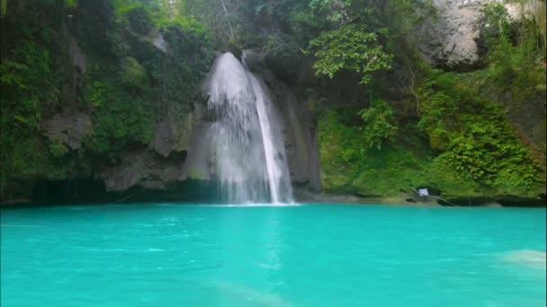 Kawasan fällt auf der philippinischen Insel Cebu. schöner Wasserfall im tropischen Regenwald. Wasserfall mit natürlichem Schwimmbad und Bambusfloß in einer Gebirgsschlucht.