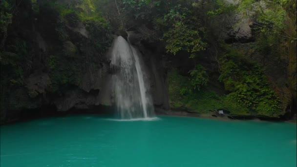 Kawasan Falls na ostrově Cebu na Filipínách. Krásný vodopád v tropickém deštném pralesu.Vodopád s přírodním bazénem a bambusový vor v horském kaňonu.