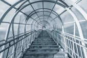 Lépcsők az autópálya feletti fém-és üvegfolyosóról.