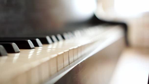 altes Klavier. Makro mit Klaviertasten