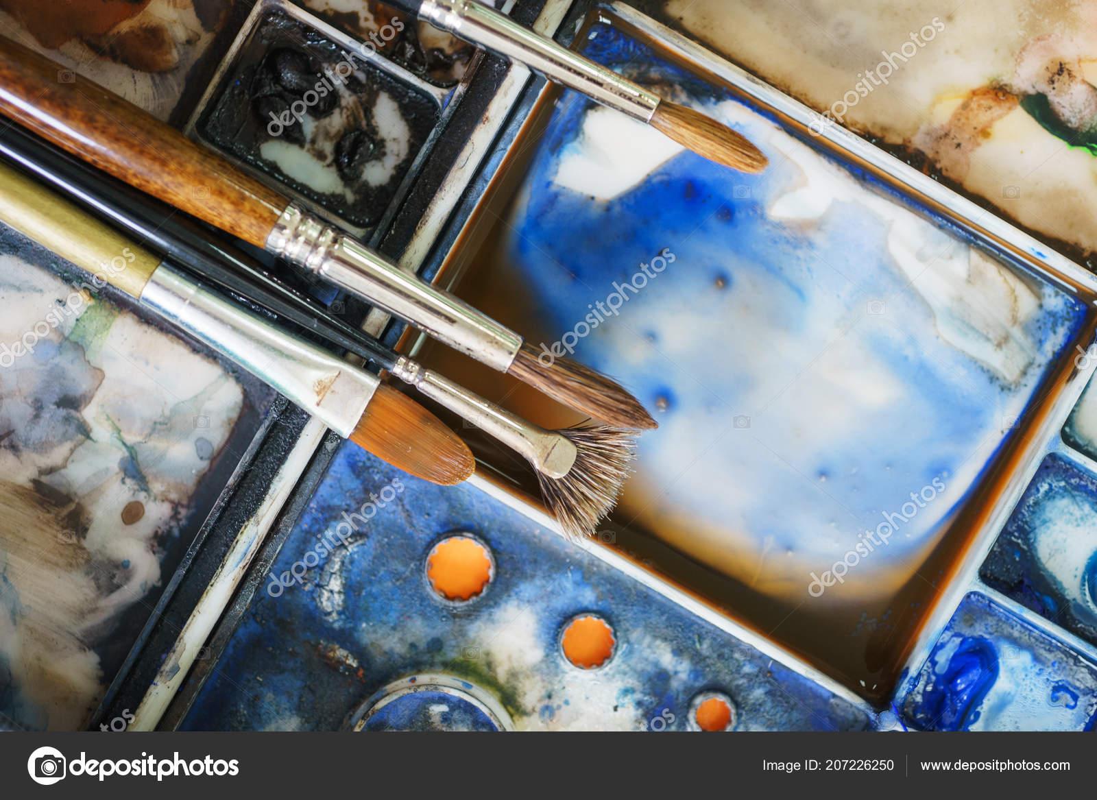 Akvarelu Paletu Barev A Stetce Behem Kresleni Stock Fotografie