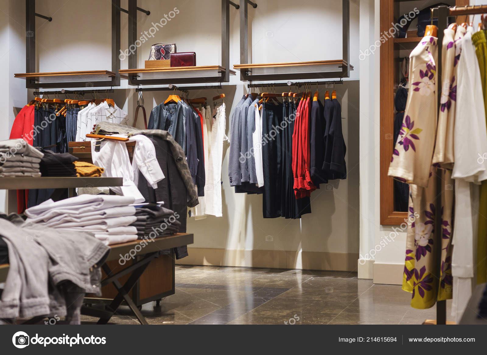 3b001e592be9 Γυναικεία και ανδρικά άλλα πανωφόρια στις κρεμάστρες και ράφια σε ένα  κατάστημα για μοντέρνα ρούχα– εικόνα αρχείου
