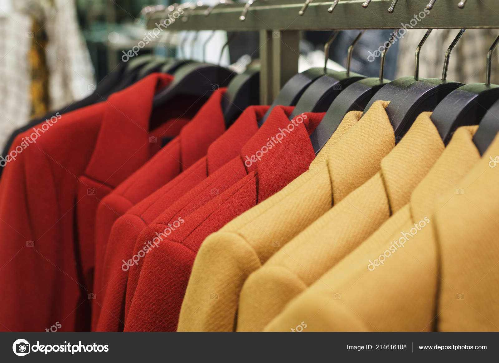 225471127 Moda masculina e do feminina casaco no cabide em uma loja de roupas  modernas — Fotografia