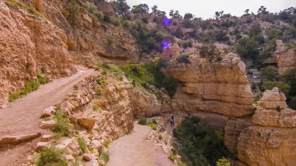 Červená polní turistická stezka s výhledem na Grand Canyon