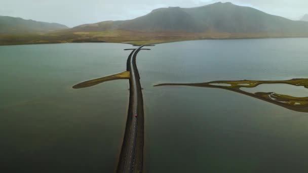 Antenne der Straße in Island mit Brücke über das Meer in Snaefellsnes Halbinsel