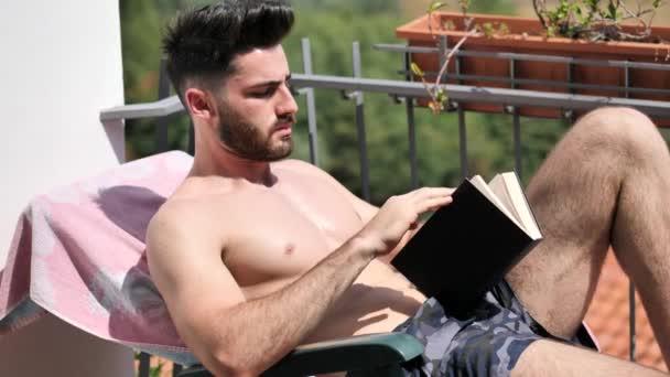 3720fd6def Shirtless Young Man Drying Hot Sun Reading Book Muscular Man — Stock Video