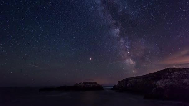 Časová prodleva s noční oblohou a galaxie Mléčné dráhy nad Černého moře, Bulharsko