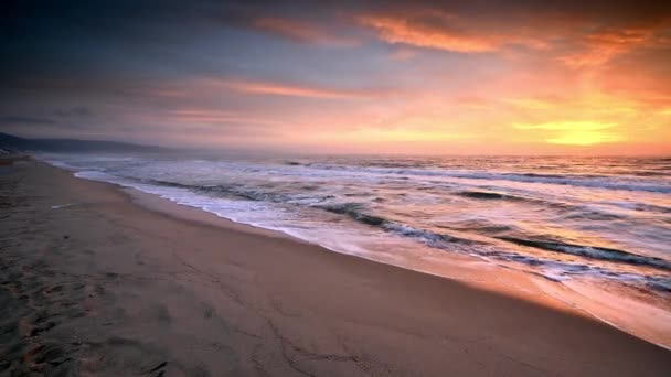 Video s výhledem na krásný východ slunce písčité pláže Černého moře, Bulharsko