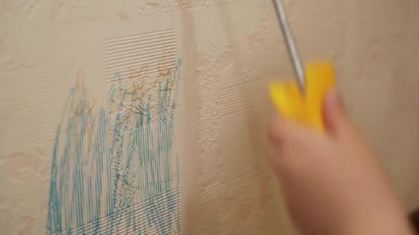 Bělošské dítě, chlapec si pochutnává, hraje si se dvěma válečky na malování stěn