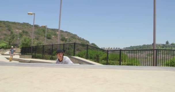 Junge Hipster Mann üben im Skatepark Skateboarding