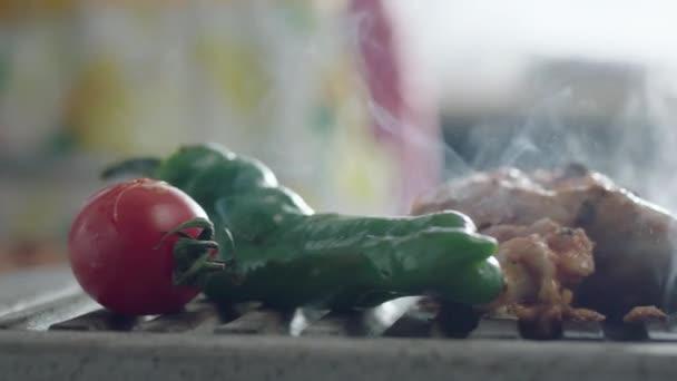 zavření přípravy masa a zeleniny na grilu