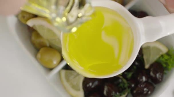 pomalý pohyb oleje z ručně naliené lžíce