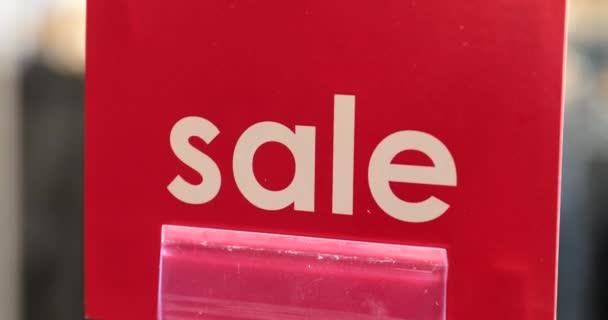 Červený štítek s nápisem prodej v obchodě
