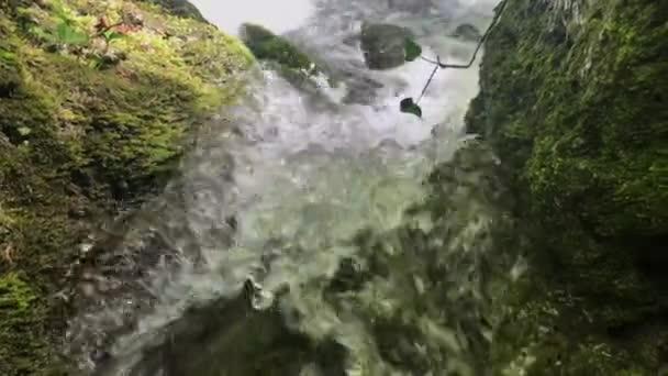 Közelkép a vízsugarat fehér és átlátszó buborék.